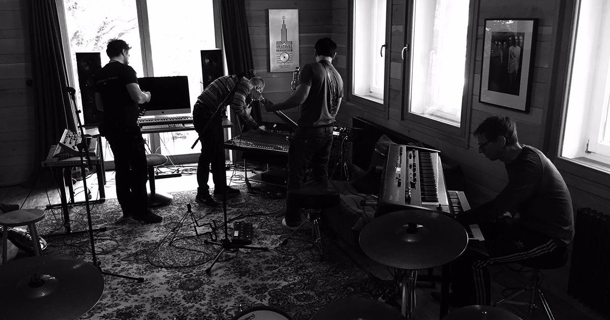Pré-produção de novo álbum e rumores de concertos em 2016